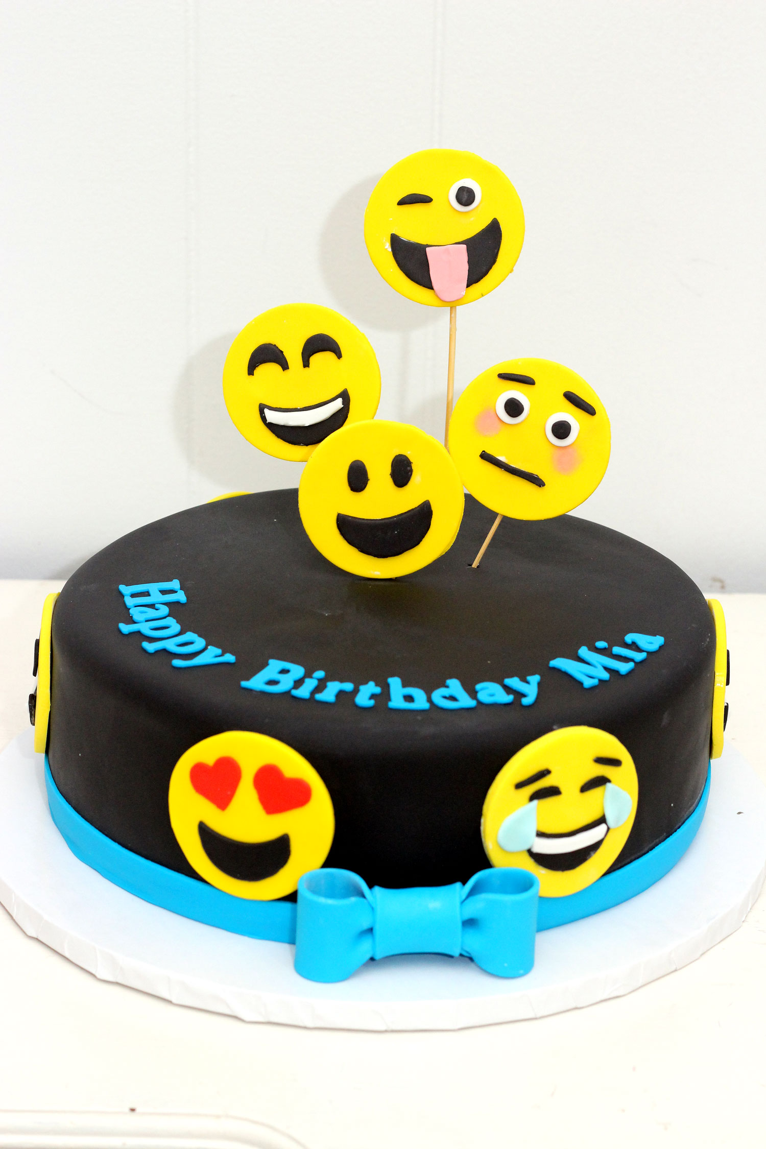 4232-fondant-emoji-cake-with-ribbon