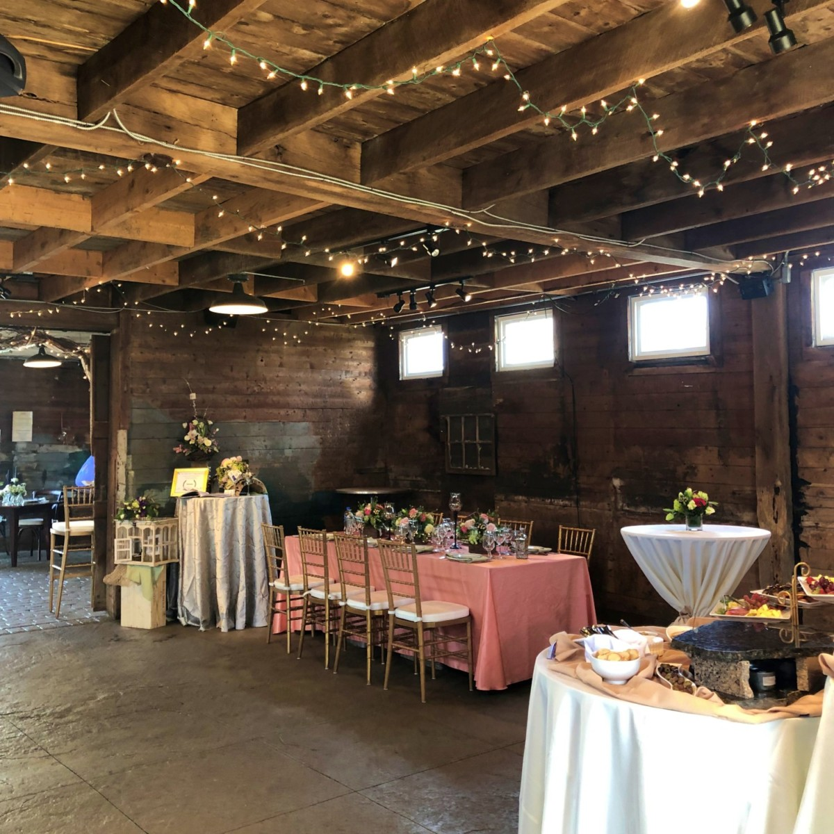 wedding showcase for displaying a dinner table in a barn